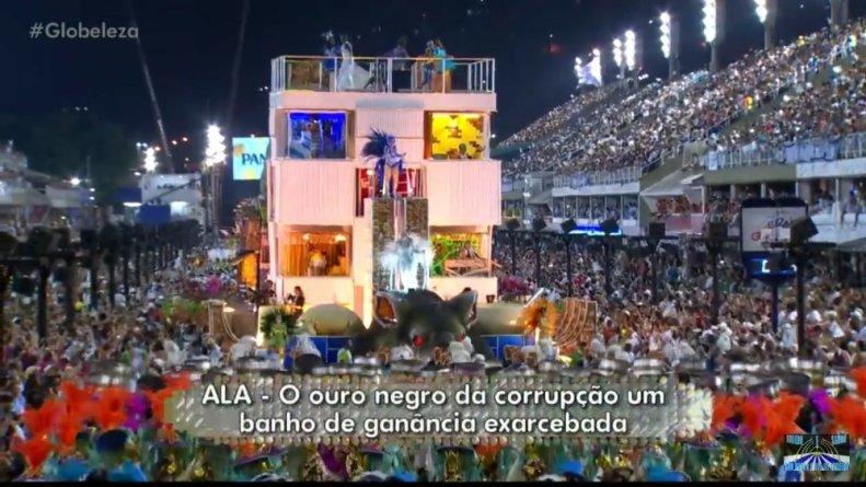 Carro que representa o edifício sede da Petrobras no centro do Rio que se transforma em uma favela